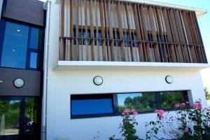 Menuiseries extérieures alu et claustra avec ossature en fer galvanisé et bois rouge exotique