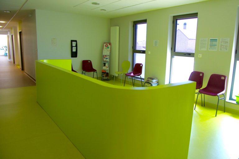 contreplaqué cintré recouvert de stratifié de couleur pour délimiter une salle d'attente - menuiseries intérieures et extérieures