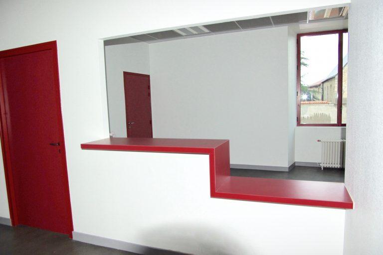Comptoir accueil et portes.