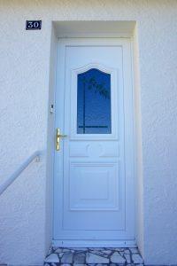 Porte entrée PVC vitrage fusing bambou blanc et poignée laiton Bressuire-79