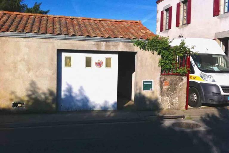 Porte garage côté extérieur avant rénovation -Nueil les Aubiers -79
