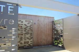 Bardage bois extérieur en tasseaux ajourés et pose verticale sur parois béton