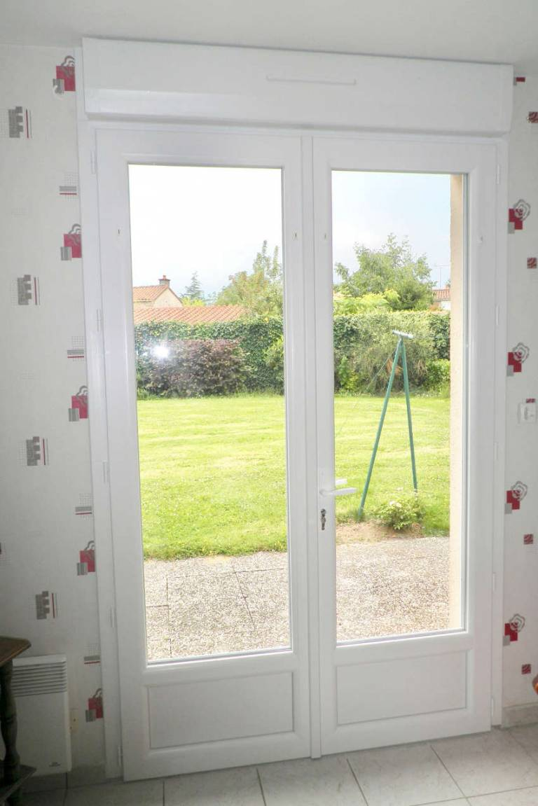Porte fenêtre côté intérieur après rénovation La Boissière de Montaigu -85