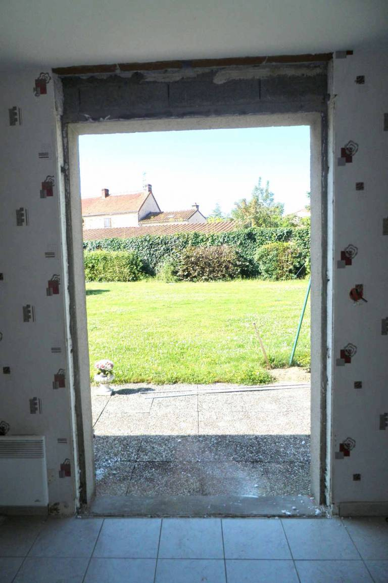 Porte fenêtre côté intérieur pendant rénovation La Boissière de Montaigu -85