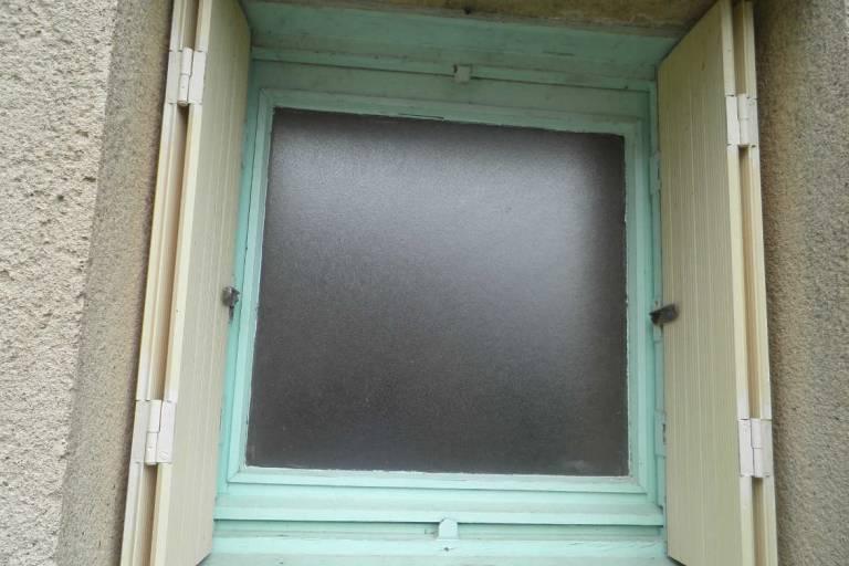 Fenêtre côté extérieur avant rénovation - La Boissière de Montaigu -85