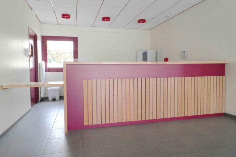 bar en hêtre avec bardage sur fond rouge + menuiseries intérieures et extérieures